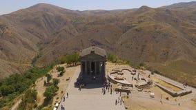 Antena strzelał turyści chodzi blisko starej Garni świątyni, zwiedzający w Armenia zbiory