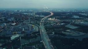 Antena strzelająca duży miasto autostrad skrzyżowanie Ogromny ruchu drogowego dżem blisko zakupów centrów handlowych w evening go Obraz Royalty Free