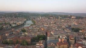 Antena strzelająca Verona, Włochy przy zmierzchem z typowymi Włoskimi mieszkanie dachami, ulica tłoczy się, Romańska Colosseum ar zdjęcie wideo