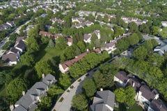 Antena suburbana de la vecindad de la casa urbana Foto de archivo