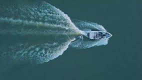 Antena: surfar da vigília Opinião wakeboarding do barco da velocidade de cima de 4K vídeos de arquivo