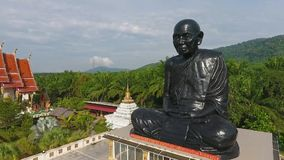 Antena: Templo negro de Statue At Buddhism del monje en la provincia de Phang Nga Opinión turística popular del abejón del ojo de almacen de metraje de vídeo