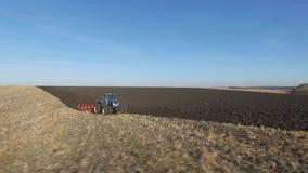 Antena: tractor en la puesta del sol que ara el campo en otoño metrajes