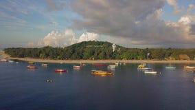 Antena tropical da ilha Vista geral bonita dos barcos na água perto da linha litoral vídeos de arquivo