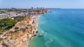 antena Turystyczne plaże Portugalski miasto Portimao Shooted trutniami obrazy stock