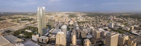 Antena um panorama de 180 graus do Oklahoma City do centro imagens de stock