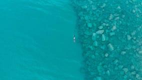 ANTENA: uma pesca da natação do mergulhador da pessoa no mar Mediterrâneo claro, água transparente profundamente azul, férias c d Fotografia de Stock