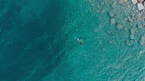 ANTENA: uma pesca da natação do mergulhador da pessoa no mar Mediterrâneo claro, água transparente profundamente azul, férias c d video estoque