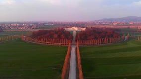 Antena: voando sobre o campo de Turin, geometria da estrada de cima de, luz do por do sol, Piedmont, Itália filme