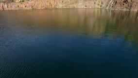 Antena: voando sobre o lago, montanhas filme