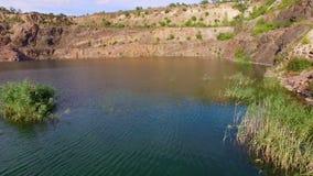 Antena: voando sobre o lago, montanhas video estoque