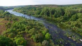 Antena: voo sobre o rio vídeos de arquivo