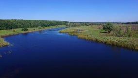 Antena: voo sobre o rio video estoque