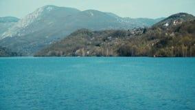 Antena: Voo sobre River Valley em Europa vídeos de arquivo