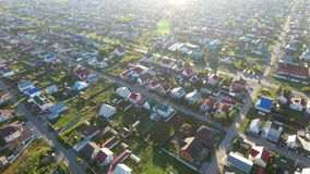 ANTENA: Vuelo sobre casas suburbanas almacen de metraje de vídeo
