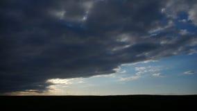 ANTENA: Vuelo sobre el campo de trigo en puesta del sol metrajes