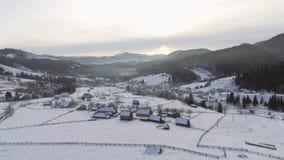 ANTENA: Vuelo sobre la montaña en invierno almacen de metraje de vídeo