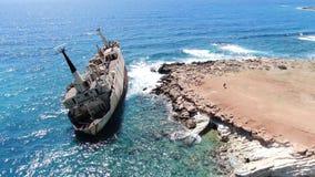antena widok brzegowy denny Latać nad linią brzegową z łamanym statkiem Morze Śródziemnomorskie i brzegowa strzelanina od trutnia zdjęcie wideo