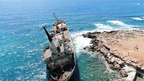 antena widok brzegowy denny Latać nad linią brzegową z łamanym statkiem Morze Śródziemnomorskie i brzegowa strzelanina od trutnia zbiory wideo