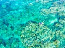 Antena wierzchołka puszka ludzie snorkeling na rafy koralowej tropikalnym morzu karaibskim, turkusowa błękitne wody Indonezja Wak obraz royalty free