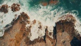 Antena wierzchołka puszka widok foamy denna kipiel na skałach zdjęcie royalty free
