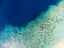 Antena wierzchołka puszka widoku rafy koralowej tropikalny morze karaibskie, turkusowa błękitne wody Indonezja Moluccas archipela zdjęcie stock