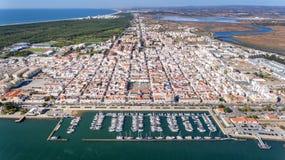 antena Wioska Vila Real Sto Antonio na rzecznym Guadiana z portem dla jachtów i łodzi rybackich, Obraz Royalty Free