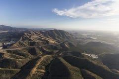 Antena wzgórza Między Tysiąc Camarillo w Południowym i dębami Zdjęcie Stock