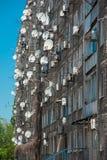 Antena y aire acondicionado en una pared Foto de archivo libre de regalías