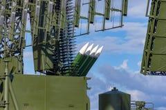 Antena y cohetes de la defensa aérea que miran en un cielo foto de archivo