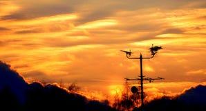 Antena y nubes durante puesta del sol fotos de archivo libres de regalías