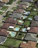 Antena y piscinas suburbanas de la vecindad Imagenes de archivo
