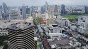 Antena zadziwiający krajobraz na Porcelanowym mieście z nowożytnymi drapaczami chmur i przedsięwzięciami Odgórny widok na rozwija zbiory wideo