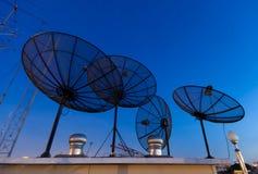 Antenas basadas en los satélites parabólicas Imágenes de archivo libres de regalías