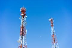 Antenas (celulares) móveis da torre com fundo do céu azul Fotos de Stock