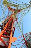 Antenas da tevê do mastro da telecomunicação Imagens de Stock
