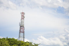 Antenas da tevê do mastro da telecomunicação com o céu azul na manhã Imagem de Stock