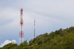 Antenas das comunicações de encontro ao céu azul Imagens de Stock
