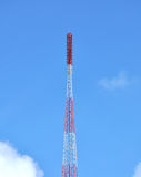 Antenas das comunicações de encontro ao céu azul Imagem de Stock Royalty Free