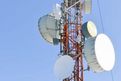 Antenas das comunicações de encontro ao céu azul Foto de Stock