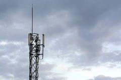 Antenas das comunicações de encontro ao céu azul Imagens de Stock Royalty Free
