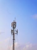 Antenas das comunicações de encontro ao céu azul Imagem de Stock