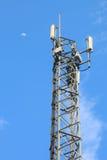 Antenas das comunicações de encontro ao céu azul Fotos de Stock