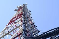 Antenas de la estación base de la comunicación celular Fotos de archivo