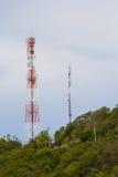 Antenas de las comunicaciones contra el cielo azul Imagenes de archivo