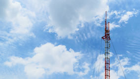 Antenas de las comunicaciones contra el cielo azul Foto de archivo