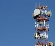 Antenas de los repetidores para el signa de la comunicación móvil y de la televisión imagenes de archivo