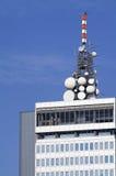 Antenas de microonda en tapa del edificio Fotos de archivo