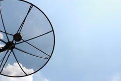 Antenas de plato basado en los satélites Foto de archivo libre de regalías