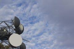 Antenas de radio inalámbricas con las nubes imagenes de archivo